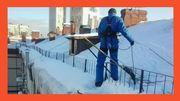 Очистка снега с крыш промышленными альпинистами.